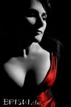 Portrait einer Frau in schwarz-weiss und rot