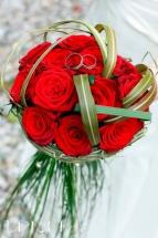 Brautstrauss mit roten Rosen mit Ringen