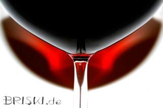 Makro eines Weinglases mit rotem Schatten