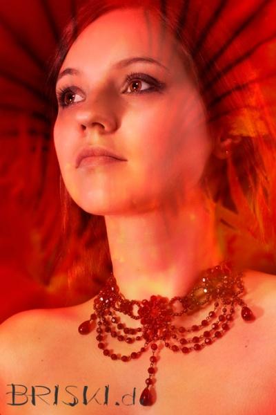 weibliches Portrait - Composing mit roter Blüte